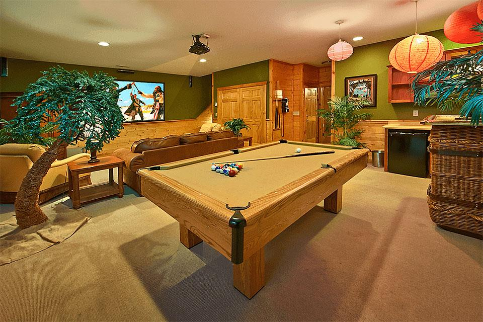 Mountain Cabin Game Room Pool Table, Large Screen and Popcorn Kitchen